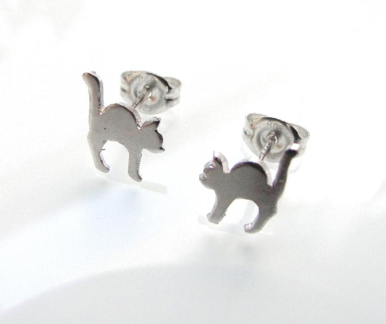 streatching-cat-earrings-01
